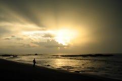 Observation de la tempête de la plage Photos libres de droits
