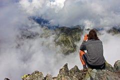 Observation des crêtes de montagne du haut d'un pois Photos libres de droits