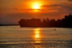 Observation du coucher du soleil sur Don Det Photographie stock libre de droits