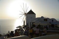 Observation du coucher du soleil sur Santorini photographie stock libre de droits
