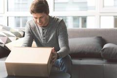 Observation masculine gaie à envoyer la boîte photographie stock