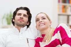 Observation se reposante de sourire de couples attrayants Photographie stock