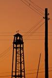 Observationsbrandtorn på en backgraund av solnedgången Arkivbild