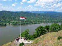 Observationsdäck över Donauen, folk, ungersk flagga Arkivbild