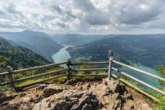 Observationsdäck Banjska Stena i Tara den nationella parklanden på berget, royaltyfria bilder