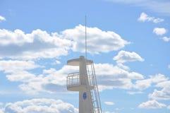 Observationstorn av vit färg mot den blåa himlen Arkivfoto