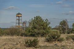 Observationstorn nära den Bela fröskidaBezdezem staden Arkivfoto