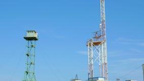 Observationstornet står bredvid radar stock video