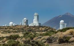 Observatoire international en parc national de Teide Volcano Teide sur le backgriund Jour venteux avec des nuages et des couleurs images stock