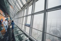 Observatorio del edificio del centro financiero de mundo de Shangai Foto de archivo