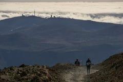 Observatorio del Teide en twee wandelaars royalty-vrije stock fotografie
