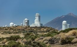 Observatorio internacional en el parque nacional de Teide Volcano Teide en el backgriund D?a ventoso con las nubes y los colores  imagenes de archivo