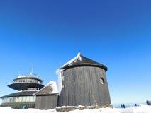 Observatorium och kyrka på maximala Sniezka Royaltyfria Foton