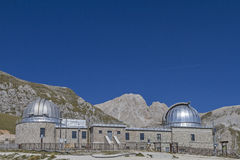 Observatorium und Corno Grande. The observatory and the summit of Corno Grande in Abruzzo royalty free stock image