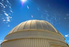 Observatoriumkupol med den Lens signalljuset Arkivbild
