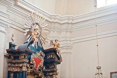 Observe en el triángulo y la figura de ángeles en el iconostasio en churc Fotografía de archivo