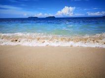 Observe las ondas como se rompen en la orilla foto de archivo libre de regalías
