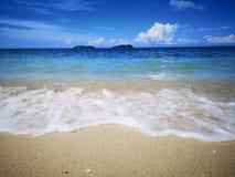 Observe las ondas como se rompen en la orilla fotografía de archivo libre de regalías
