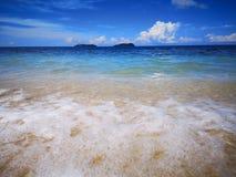 Observe las ondas como se rompen en la orilla imagen de archivo libre de regalías