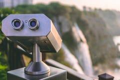 Observer des jumelles à la cascade de ville à Antalya images stock