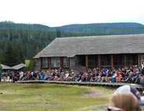 Observer le vieux geyser fidèle, parc national de Yellowstone Photographie stock libre de droits