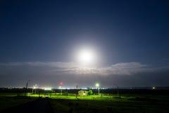 Observez la maison sous la lumière de la lune la nuit Image libre de droits