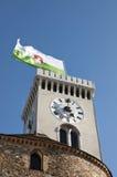 Observez la tour avec un drapeau de ville de Ljubljana, Slovénie Photo libre de droits
