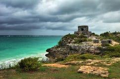 Observez la tour dans la ville antique sur la côte des Caraïbes dans Tulum Photographie stock libre de droits