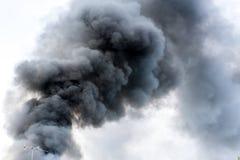 Observez la vue de l'antenne de vintage devant la fumée brûlante du feu dans l'ea Photographie stock libre de droits