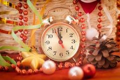 Observez les mains par 12 heures et jouets de Noël Photographie stock