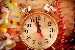 Observez les mains par 12 heures et jouets de Noël Photographie stock libre de droits