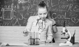 Observez les r?actions chimiques R?action chimique beaucoup plus passionnante que la th?orie Filles travaillant l'exp?rience chim photos stock