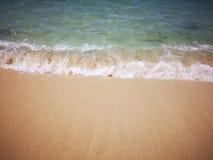 Observez les vagues comme elles se cassent sur le rivage photographie stock libre de droits