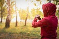 Observez pour des sports avec le smartwatch Formation pulsante pour le marathon photos libres de droits