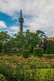 Obserwaci wierza na Petrin wzgórzu Budujący jako mini wersja Paryska ` s wycieczka turysyczna Eiffel Fotografia Royalty Free