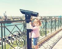 Obserwacja pokład z małą dziewczynką wewnątrz i teleskopem Zdjęcie Royalty Free