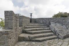 Obserwacja pokład w podwórzu Guaita, San Marino najpierw góruje Fotografia Royalty Free