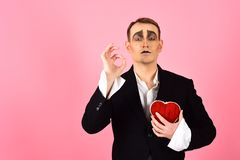 Obsesja i romans Theatre aktora pantomima spada w miłości Mima mężczyzny chwyta czerwony serce dla valentines dnia mima aktor obrazy stock