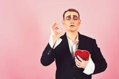 Obsesja i romans Theatre aktora pantomima spada w mi?o?ci Mima m??czyzny chwyta czerwony serce dla valentines dnia mima aktor obraz stock