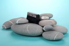 Obsidian over rotsen Royalty-vrije Stock Fotografie