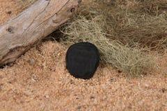 Obsidian på stranden Arkivfoto