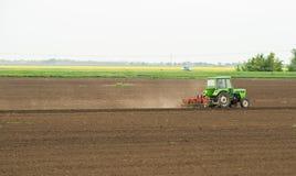 Obsiewanie uprawy przy polem Fotografia Stock