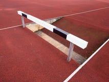Obstáculo alto Pista running da trilha do obstáculo Obstáculo de madeira Fotografia de Stock Royalty Free