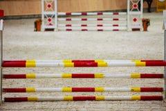 Obstáculo branco vermelho amarelo para cavalos de salto. Competição da equitação. foto de stock royalty free