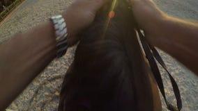 Obstáculo de salto del caballo en la puesta del sol, punto de vista del gopro almacen de video