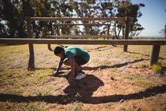 Obstáculo determinado do cruzamento do menino durante o curso de obstáculo Imagem de Stock Royalty Free
