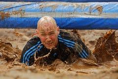 Obstáculo molhado do homem da corrida da lama Fotos de Stock Royalty Free