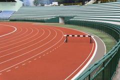 Obstáculo na pista de atletismo vermelha Imagem de Stock