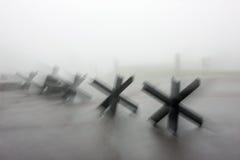 Obstáculos antitanques y tiempo de niebla Imágenes de archivo libres de regalías