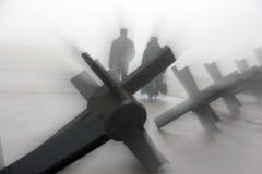 Obstáculos antitanques y tiempo de niebla Imagen de archivo libre de regalías